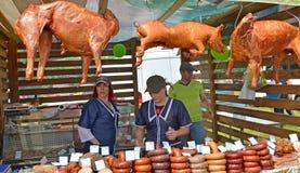 Kaliningrad region, Rosja Handel w mięsnych produktach przy rolniczym jarmarkiem Fotografia Royalty Free