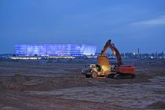 Kaliningrad, Rosja Budowy wyposażenie na dampingu ziemia o Bałtyckim areny stadium Fotografia Stock