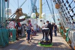 KALININGRAD ROSJA, CZERWIEC, - 19, 2016: Turyści na pokładzie barque Kruzenshtern &-x28; przeor Padua&-x29; obrazy stock