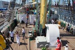 KALININGRAD ROSJA, CZERWIEC, - 19, 2016: Turyści na pokładzie barque Kruzenshtern przeor Padua w Kaliningrad porcie morskim obraz royalty free