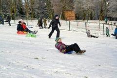 Kaliningrad, Rosja Dzieci jadą od góry klingerytu saneczki Zdjęcie Royalty Free