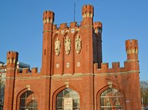 Kaliningrad, Rosja Królewiątka ` s bramy przeciw tłu niebo Rosyjski teksta ` królewiątka ` s bram ` Fotografia Royalty Free