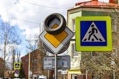 Kaliningrad Rosja, Kwiecień, - 1, 2019: Samochodowa opona na drogowym znaku przy miasto ulicą na pogodnym wiosna dniu Rosyjski ch zdjęcie stock