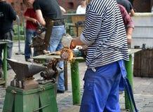 Kaliningrad, Rosja Mężczyzna ciie metalu produkt za pomocą graniastego ostrzarza Obraz Stock