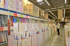 KALININGRAD ROSJA, MAJ, - 27, 2015: Mężczyzna wybiera papier ja Obrazy Stock