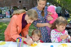 Kaliningrad, Rosja Nauczyciel uczy dziecka robić aplikaci w na wolnym powietrzu obrazy stock