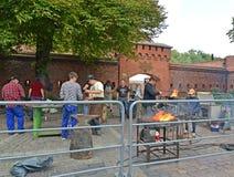 Kaliningrad, Rosja Praca kowale o muzeum bursztyn Fotografia Stock
