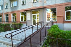 Kaliningrad, Rosja Wejście dziecko biblioteka Ivanov Yu n wyposażający z rampą dla niepełnosprawni fotografia royalty free