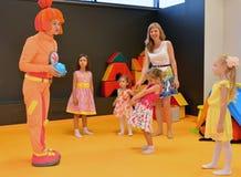 KALININGRAD ROSJA, WRZESIEŃ, - 18, 2016: Animator w kostiumu Sim karta angażuje z dziećmi w children świetlicowych Obraz Royalty Free