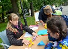KALININGRAD ROSJA, WRZESIEŃ, - 17, 2017: Nauczyciele uczą szkolnych uczni stawiać origami Dziecka ` s mistrza klasa w na wolnym p Zdjęcia Royalty Free