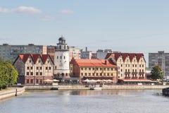 Kaliningrad ROSJA, WRZESIEŃ, - 14, 2015: wioska rybacka - domy w prusaka stylu na bankach Pregoli rzeka obrazy stock