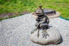 KALININGRAD, RUSLAND - APRIL 24, 2017: Beeldhouwwerk van de legendarische Kikkerprinses in het de Jeugdpark van het kinderen` s Y Stock Afbeeldingen