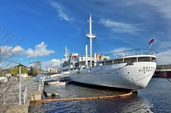KALININGRAD, RUSLAND - 23 APRIL 2017: het onderzoekschip Vityaz is nog bij het dokmuseum van de Wereldoceaan Royalty-vrije Stock Afbeeldingen