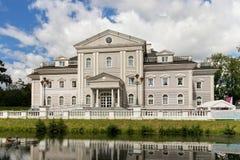 KALININGRAD, RUSLAND - AUGUSTUS 24, 2017: Mening van de bouw van het Centrum voor Ontwikkeling van Interpersoonlijke Mededelingen Stock Foto's