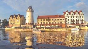 KALININGRAD, RUSLAND - AUGUSTUS 20, 2016: Timelapse De visserij van dorp op een de zomeravond Etnografisch centrum, een favoriete stock video