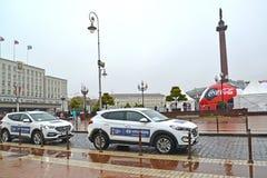 Kaliningrad, Rusland Auto's van Hyundai met symbolics van de Wereldbeker van FIFA van FIFA 2018 in Rusland in Victory Square Stock Foto