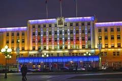 Kaliningrad, Rusland De bouw van het stadsbeleid met Nieuwjaar` s verlichting Stock Foto's
