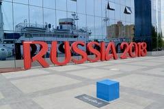 Kaliningrad, Rusland De installatie van de inschrijving RUSLAND 2018 symboliseert de Wereldbeker van FIFA in Rusland Stock Afbeeldingen