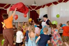 Kaliningrad, Rusland De kinderen spelen met ballons tijdens de vakantie in kleuterschool Royalty-vrije Stock Foto's