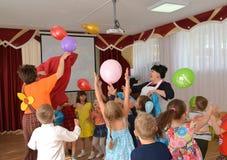 Kaliningrad, Rusland De kinderen vangen ballons Een vakantie in kleuterschool Stock Foto