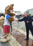 Kaliningrad, Rusland De mascotte van de wolf van de Wereldbeker 2018 Zabivak ` s van FIFA begroet de man Stock Foto