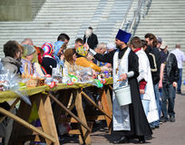 Kaliningrad, Rusland De orthodoxe priester zegent gelovigen en Pasen-cakes voor Pasen Royalty-vrije Stock Foto's