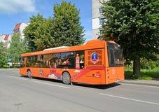 Kaliningrad, Rusland De stadsbus met symbolics van de Wereldbeker 2018 van FIFA gaat onderaan de straat Stock Fotografie
