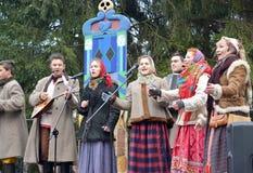Kaliningrad, Rusland De uitvoerders van amateurensemble spreken in het park bij de viering van Maslenitsa royalty-vrije stock afbeelding