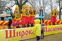 Kaliningrad, Rusland De uitvoerders van ensemble van de de jeugd het Russische nationale folklore zingen het lied op Maslenitsa-v royalty-vrije stock foto