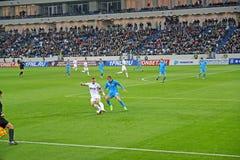 Kaliningrad, Rusland De voetbalsters vechten voor r een bal Een gelijke van de Baltika-teams - Krylja Sovetov Het Baltische Stadi stock foto