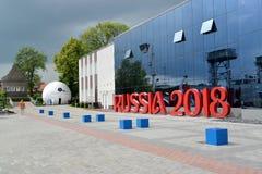 Kaliningrad, Rusland Een mening van de bouw van M Museum van de Wereldoceaan met installatie van de inschrijving RUSLAND 2018& Stock Foto