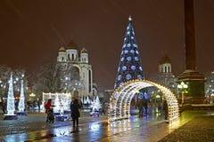 Kaliningrad, Rusland Een mening van Victory Square in het meubilair van het Nieuwjaar stock fotografie