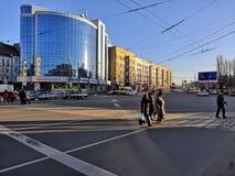 Kaliningrad, Rusland - Februari 16, 2019: de grote glasbouw bij het kruispunt in centrumstad stock fotografie
