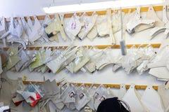Kaliningrad, Rusland - Februari 27, 2019: Kleine naaiende workshop voor het ondergoed van vrouwen stock foto