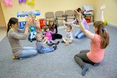 Kaliningrad, Rusland Gezamenlijk spel van kinderen witith ouders in studio van creatieve ontwikkeling Stock Afbeeldingen