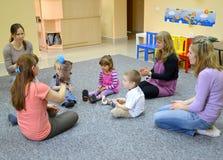 Kaliningrad, Rusland Het gezamenlijke beroep van childrren met ouders in studio van creatieve ontwikkeling Stock Foto