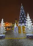 Kaliningrad, Rusland Het het glanzen landschap tegen de achtergrond van een Nieuwjaarboom in de avond Victory Square stock foto