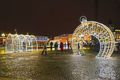 Kaliningrad, Rusland Het glanzen overspant in Victory Square in de de winteravond royalty-vrije stock foto's