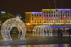Kaliningrad, Rusland Het het glanzen van het Nieuwjaar landschap tegen de achtergrond van het Stadhuis Victory Square royalty-vrije stock foto