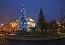 Kaliningrad, Rusland Het vierkant met een Nieuwjaarboom vóór de bouw van Regionaal dramatheater royalty-vrije stock afbeeldingen