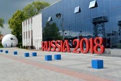 Kaliningrad, Rusland Installatie van de inschrijving RUSLAND 2018 over de bouw van Museum van de Wereldoceaan Royalty-vrije Stock Foto