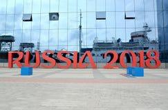 Kaliningrad, Rusland Installatie van de inschrijving RUSLAND 2018 tegen de bouw van Museum van de Wereldoceaan Royalty-vrije Stock Foto's