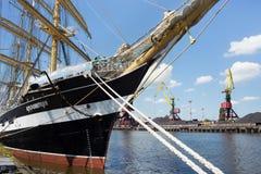 KALININGRAD, RUSLAND - JUNI 19, 2016: De mening van de historische bark Kruzenshtern vroeger Padua in de Kaliningrad-Zeehaven royalty-vrije stock foto