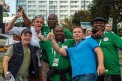 Kaliningrad, Rusland, 16 Juni 2018 De verfraaide en elegante Nigeriaanse fans treffen voor de voetbalwedstrijd van hun team met v stock fotografie