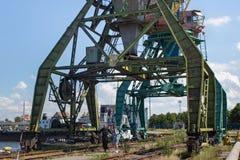 KALININGRAD, RUSLAND - JUNI 19, 2016: De zware kranen van de havenkraanbalk in de Overzeese Vissershaven van Kaliningrad Royalty-vrije Stock Fotografie