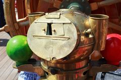 KALININGRAD, RUSLAND - JUNI 19, 2016: Magnetisch kompas op de bark Kruzenshtern vroeger Padua in de Kaliningrad-Zeehaven royalty-vrije stock afbeeldingen