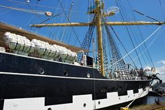 KALININGRAD, RUSLAND - JUNI 19, 2016: Mening van de bark Kruzenshtern vroeger die Padua in de Kaliningrad-Zeehaven wordt vastgele royalty-vrije stock foto's