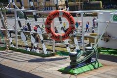 KALININGRAD, RUSLAND - JUNI 19, 2016: Reddingsboei op de beroemde bark Kruzenshtern vroeger die Padua in de Kaliningrad-Zeehaven  stock foto's