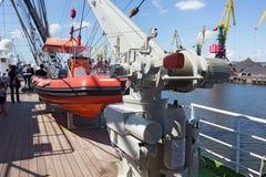 KALININGRAD, RUSLAND - JUNI 19, 2016: Reddingsboot op de beroemde bark Kruzenshtern vroeger Padua in de Kaliningrad-Zeehaven stock fotografie
