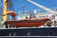KALININGRAD, RUSLAND - JUNI 19, 2016: Reddingsboot op de beroemde bark Kruzenshtern vroeger Padua in de Kaliningrad-Zeehaven royalty-vrije stock foto's